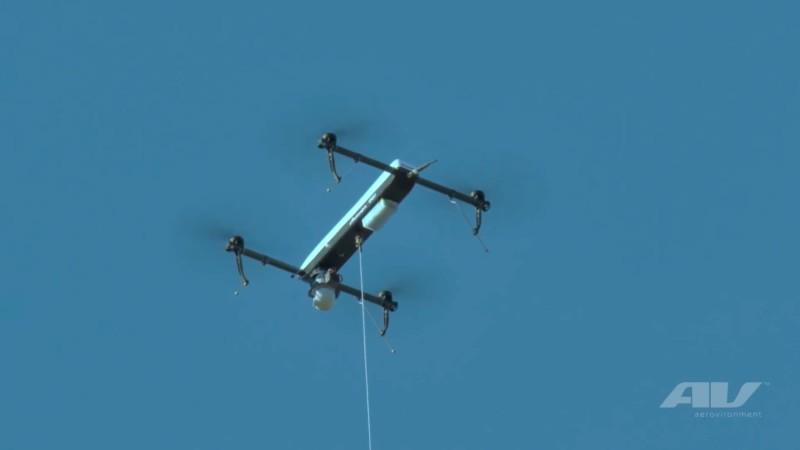 無人機用線連接地面取電。