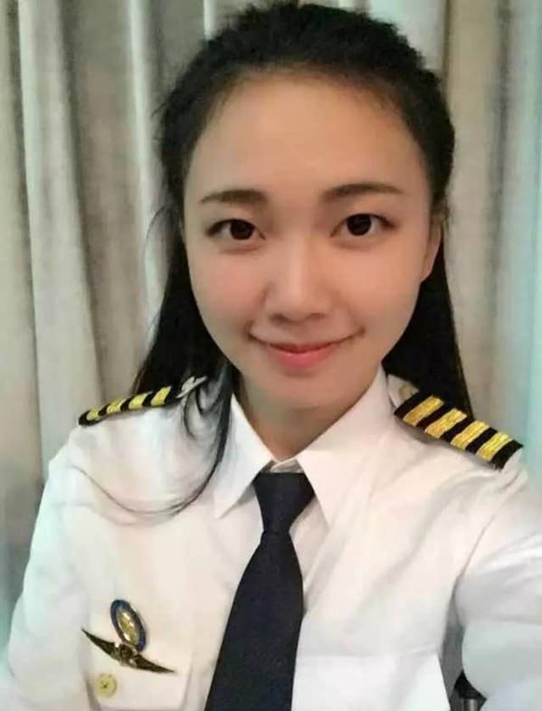 張越琦穿起模仿機師的制服,很有港劇《衝上雲霄》的感覺呢。