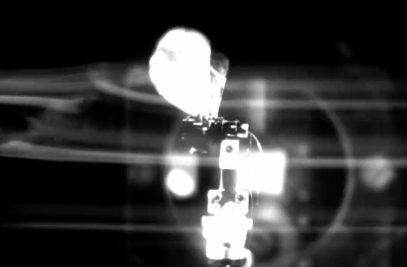 無人機模仿飛蛾拍翼的動作。