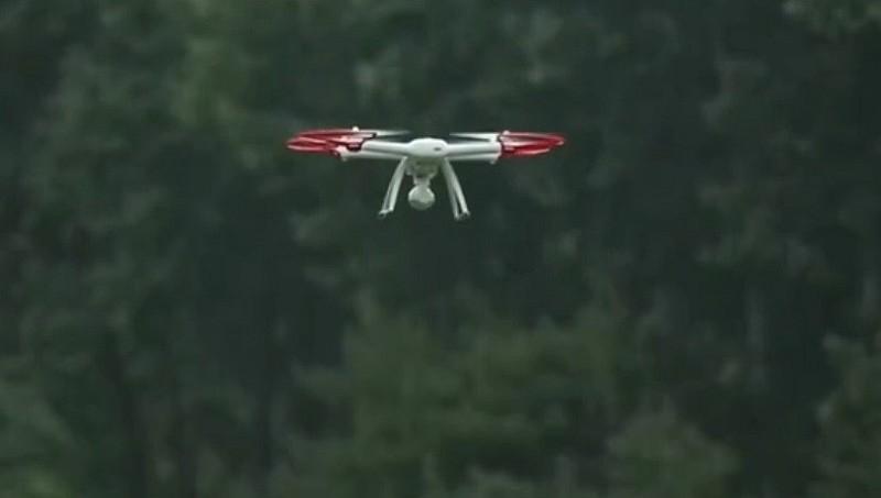小米無人機空中懸停的姿態。