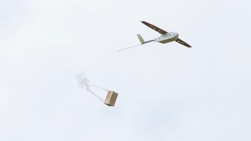 Zip 無人機利用紙降傘投擲醫療用品至地面。
