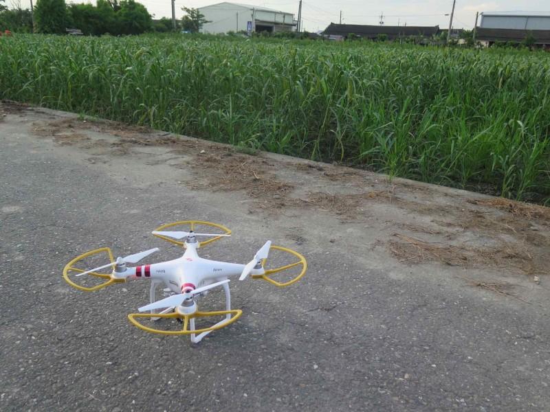 阿嬤用的是 DJI Phantom 無人機,兼在機翼裝上防護罩。