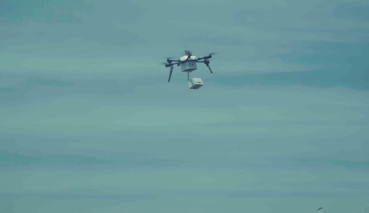 Flirtey 船對陸送貨無人機卸貨中