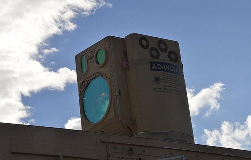 高能量雷射移動實驗機器(HELMTT)安裝於重型軍車的車頂。