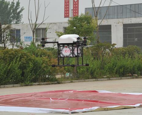 京東送貨無人機載貨起飛的情況。