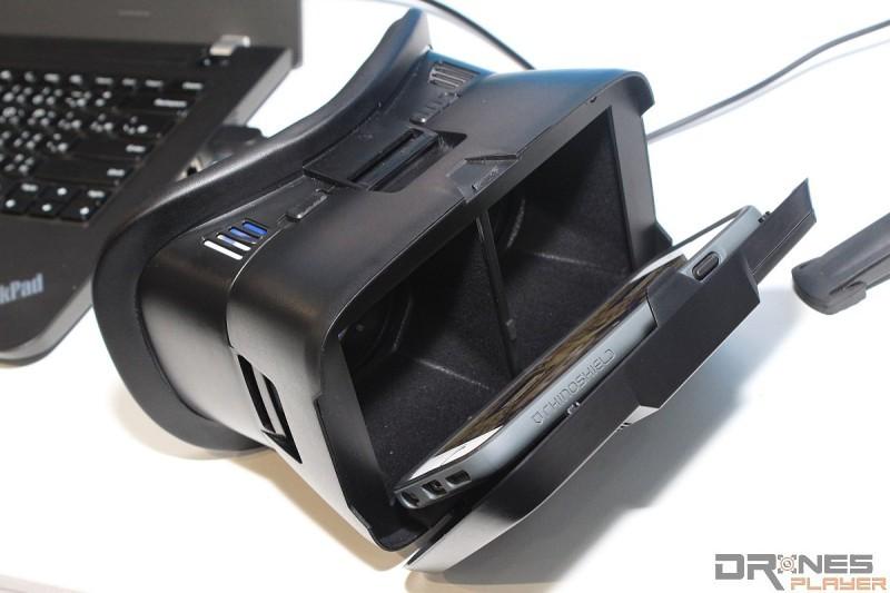 只要將預載《eyehouse VR》的手機放入 VR 眼鏡內,即可觀看 VR 樓盤影像。