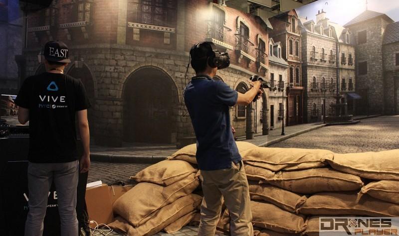 HTC 攤位架設了戰場場景,讓玩家試玩《Front Defense》時更加投入。