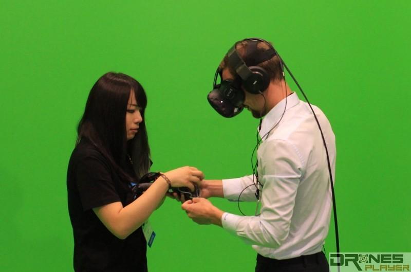 參觀者可在綠幕中試玩 HTC Vive 虛擬實境眼鏡。