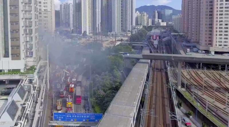 涉事玩家操控航拍機飛近地鐵路軌上空。