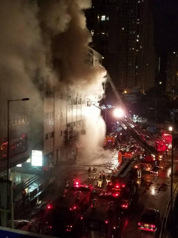 牛頭角大火徹夜燃燒,濃煙不斷從火場冒出。(取自 facebook/香港突發事故報料區)