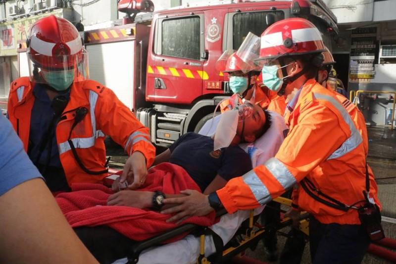 有消防員救火期間不適送院。(取自 facebook/香港突發事故報料區)