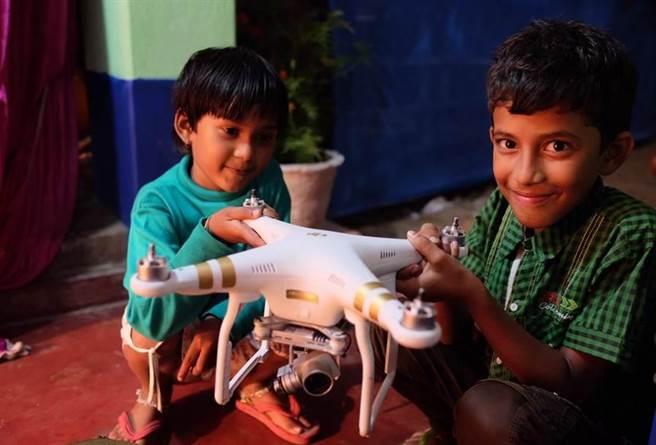 印度兒童對空拍機充滿好奇心。(張皓然作品)
