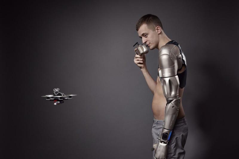 James Young 的仿生手臂成為穿越機升降的平台。