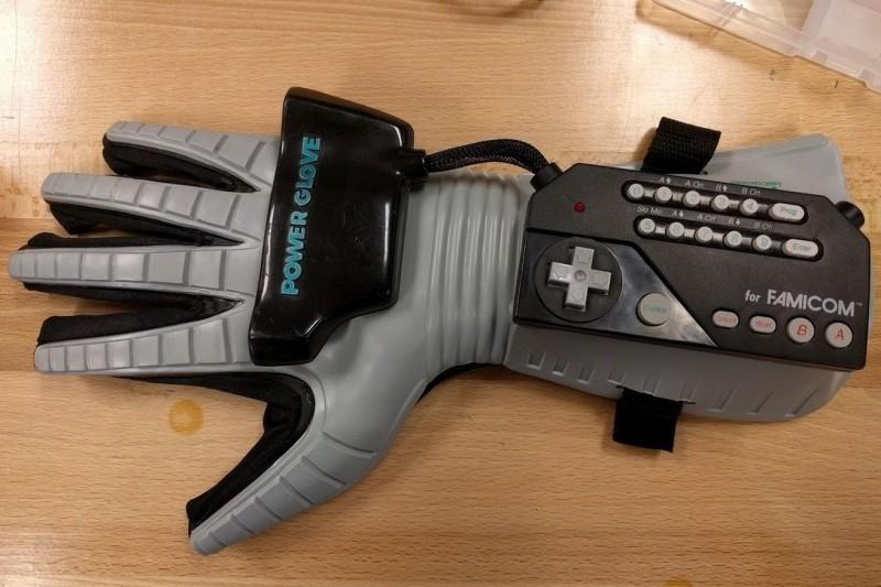 Power Glove 被改裝成無人機體感操控器。