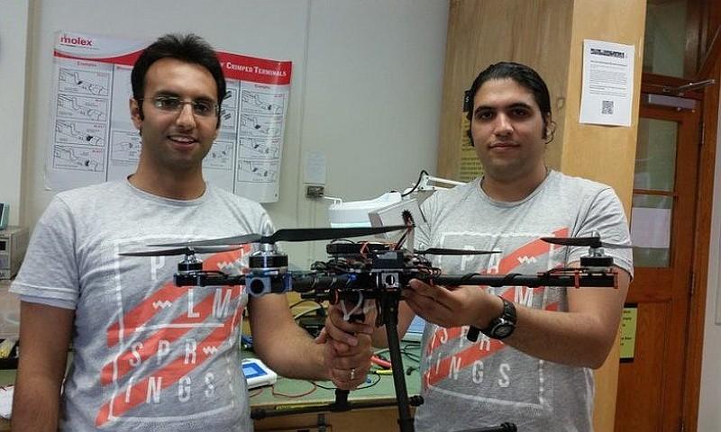 Breeze Bird 救生員無人機與其中兩位開發者的合照。