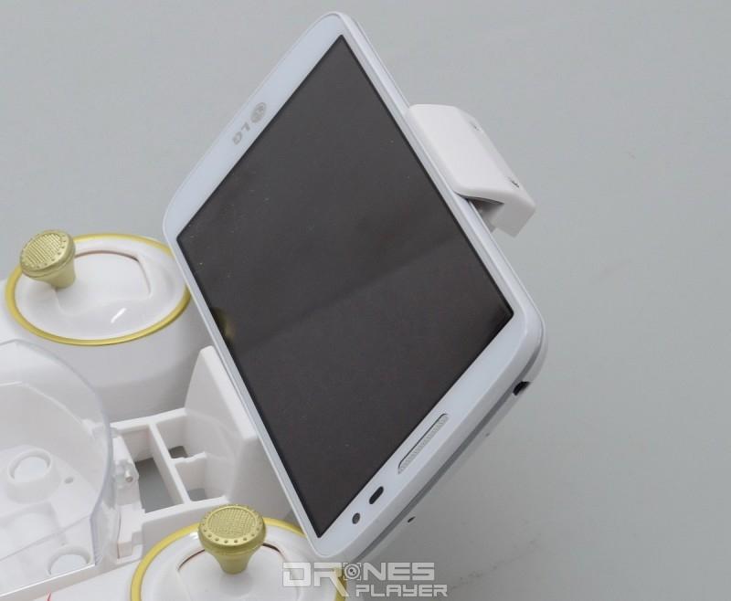 Cheerson CX10WD-TX 遙控器附有手機架,以便擺放手機作 FPV 預覽屏幕。