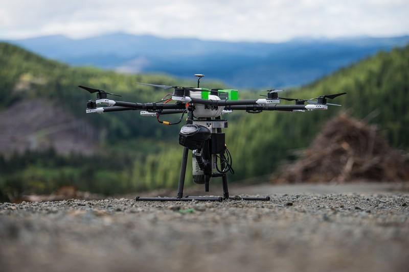 DroneSeed 無人機內置氣壓噴射裝置,以高速把種子射入深層泥土中。