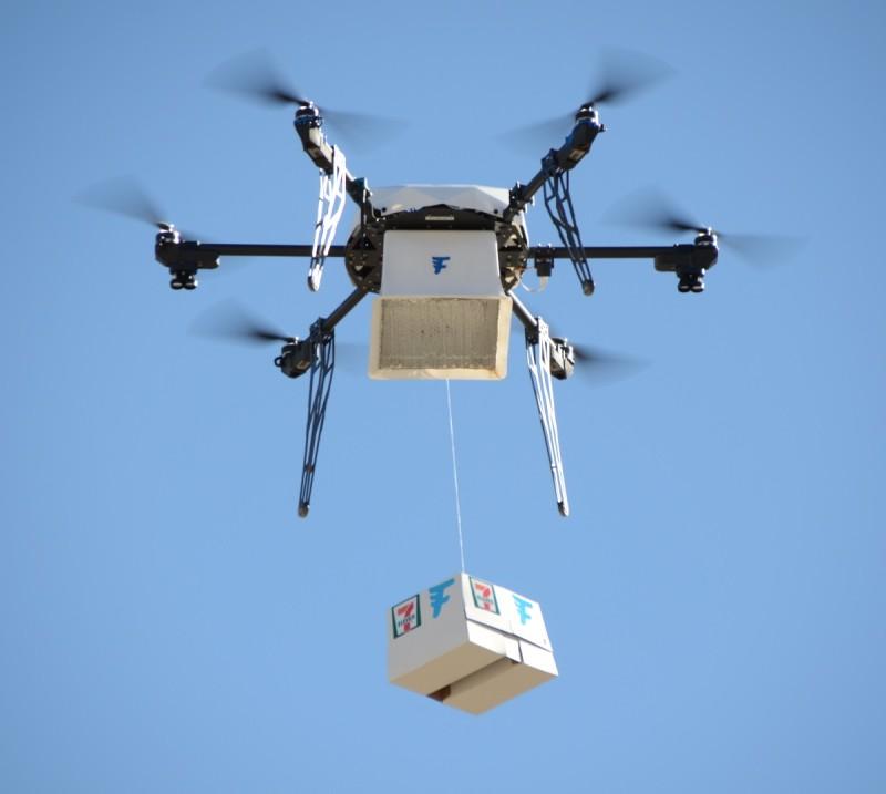Flirtey 無人機飛到 Michael 任宅後庭,再把 7-Eleven 貨箱緩緩放下。