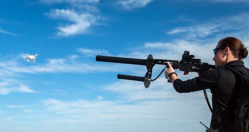 DroneDefender 反無人機電磁槍透過干擾無人機訊號,奪取無人機的控制權。