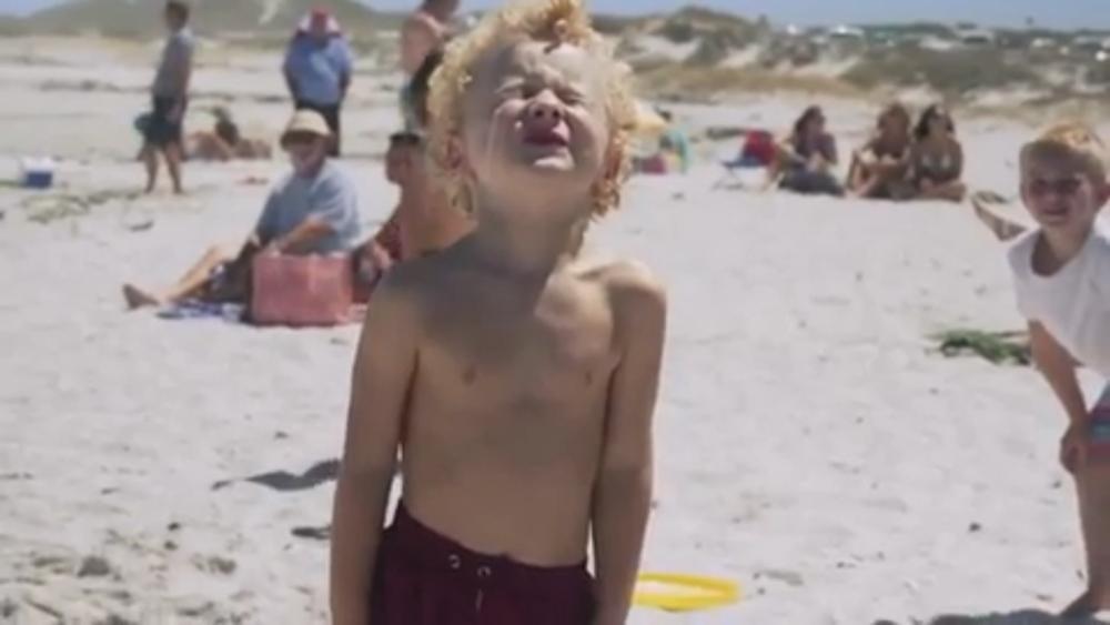 海鷗無人機拉屎啦--不!是噴灑防曬霜到小孩身上。