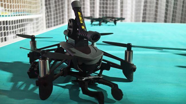 Parrot Mambo 無人機能裝上玩具槍台,發射類似 BB 彈的塑膠子彈。