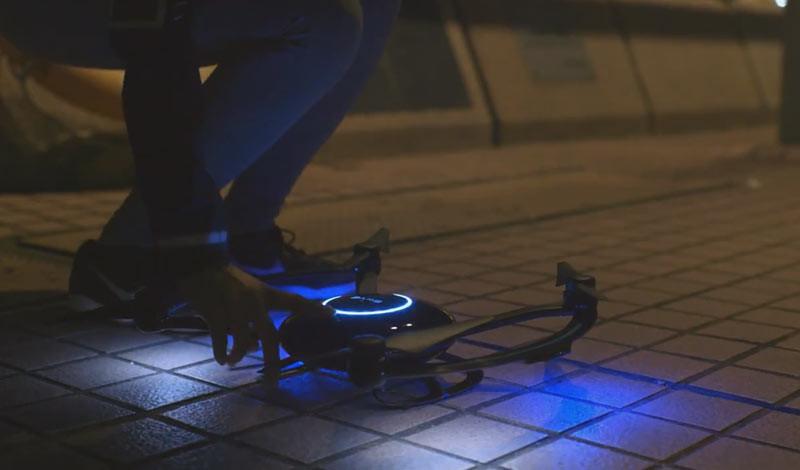 Orbit 飛行相機全黑色的機身由碳纖製作而成,既輕便又堅固,配合藍色 LED燈,極具科幻感。