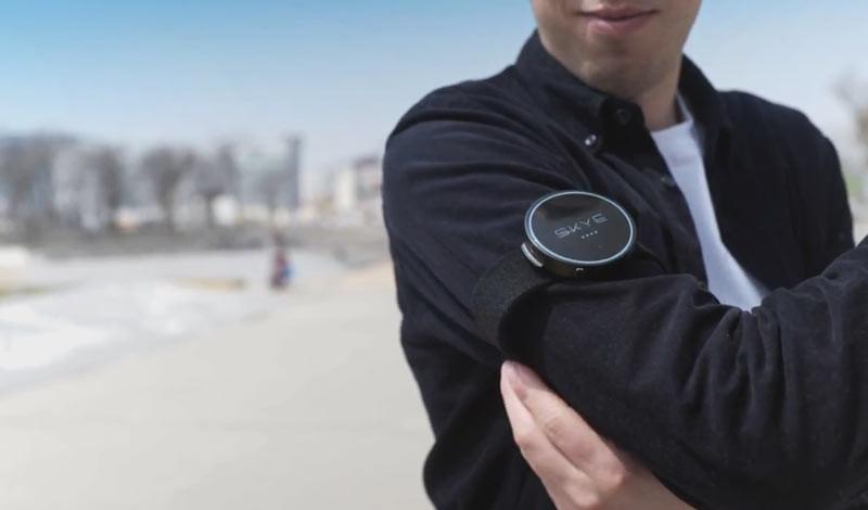 戴臂帶型追蹤器 Orbit Tracker 的接收範圍約 20 米,連續運作時間長達 3 小時。