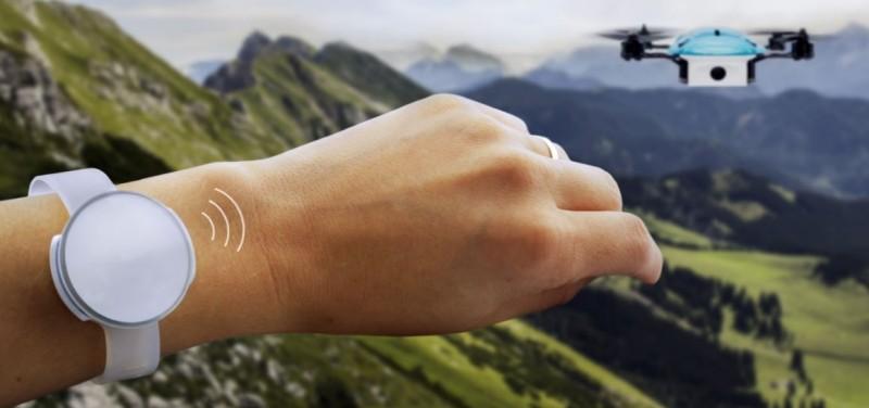 UP&GO Aerial Camera 可搭配腕錶形控制器進行操控。