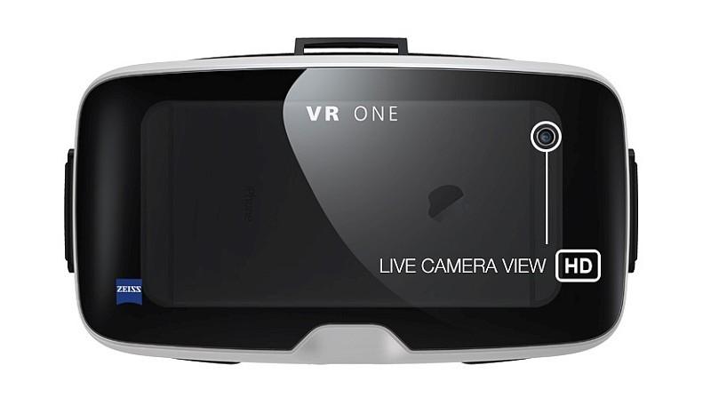 Zeiss VR One Plus 眼鏡能因應操作需要,容許飛手切換畫面為 iPhone 鏡頭所拍的影像,這樣在無需將眼鏡摘下,也能夠看清楚機身前的情況。