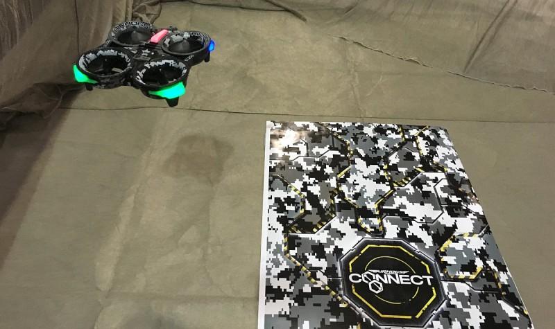 Air Hogs Connect: Mission Drone 要飛至特製地墊上空始可進行 AR 遊戲,全因地墊印有識別碼,才可平板電腦畫面顯現 AR 虛擬街景。