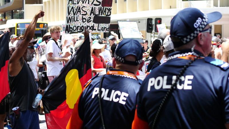 布里斯班舉行 G20 峰會期間,大批示威者到場外抗議。