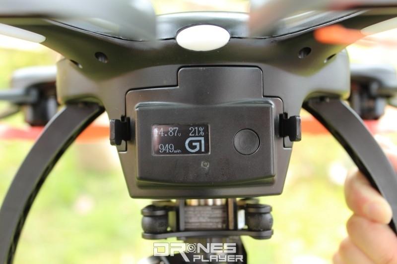 GhostDrone 2.0 飛行器上設有屏幕顯示電量等資訊。