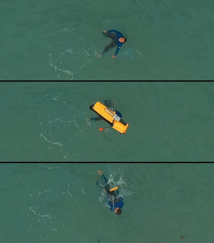 從 HELPER 無人機拋下自動充氣浮標拋給溺水者的情況。