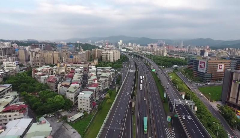 趙姓男子在松山機場附近的空拍片段截圖(二)