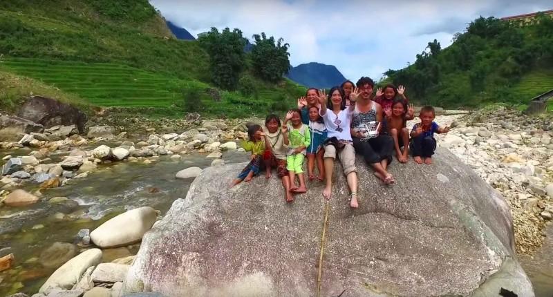 越南沙壩的小朋友見到空拍機非常興奮。