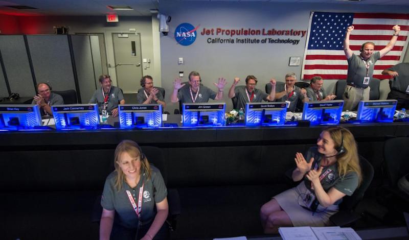 獲悉朱諾號成功進入木星軌道後,地面控制人員興奮拍掌。(圖片來源:NASA Twitter 帳戶)