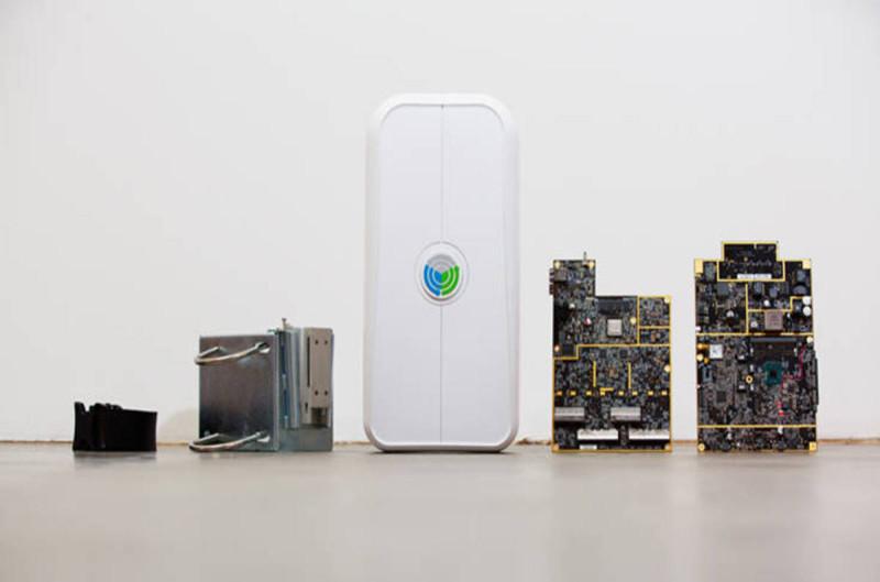 OpenCellular 配備多種零件,包含由左至右的皮帶、安裝固定架、外殼、RF 基板、GBC 主板。