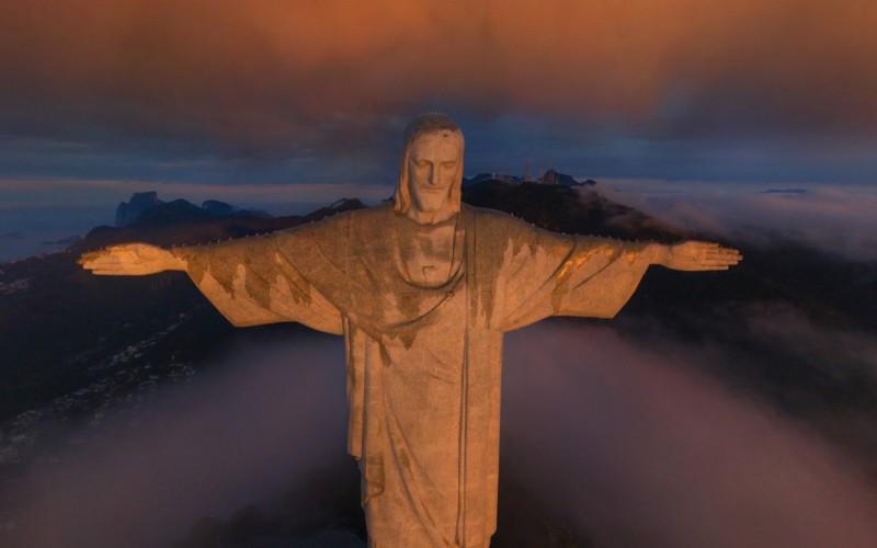 季軍-巴西里約熱內盧耶穌像/雕像被日出陽光照射,在雲霧映襯下更顯神聖/由 Stanislav Sedov 拍攝