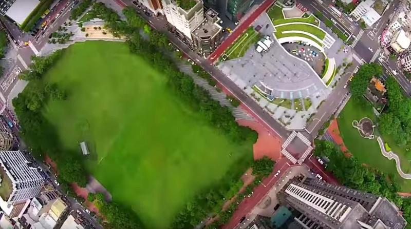 市民廣場的一大片草地,成為空拍機愛好者的試煉場。