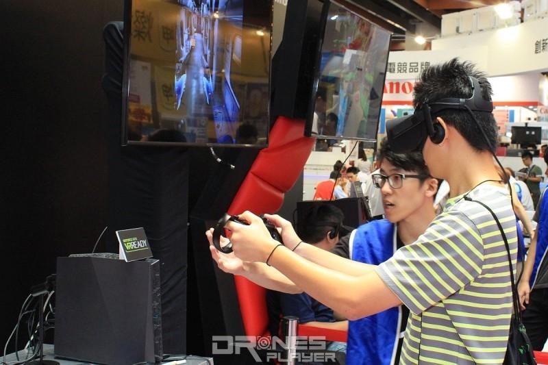 各電腦廠商的攤位都有提供 VR 遊戲供民眾試玩。
