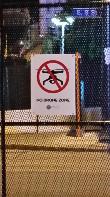 克里夫蘭市到處設起封鎖圍欄,豎立禁飛警告牌。