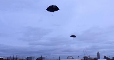 雨傘搭無人機變空中水母!MIT 港生用無人機巧製裝置藝術