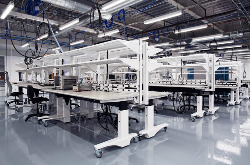實驗室內地方偌大,設備齊全。