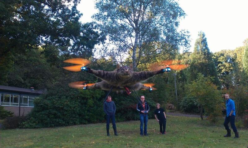 b花貓 Orville 轉生為四軸飛行器,正由 Arjen Beltman 操作,藍衣的才是發明者 Bart Jansen。