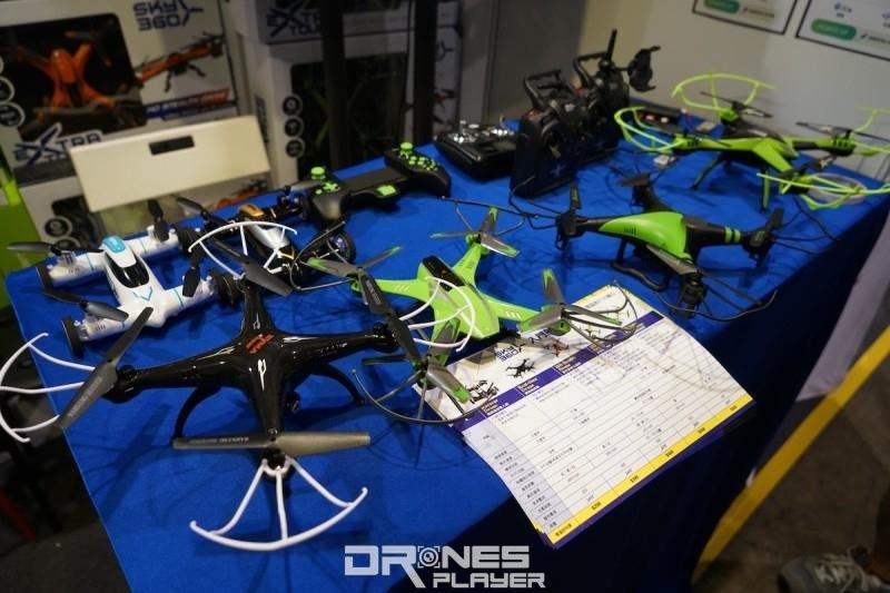 電腦節會場內還有其他不同型號的玩具無人機出售。