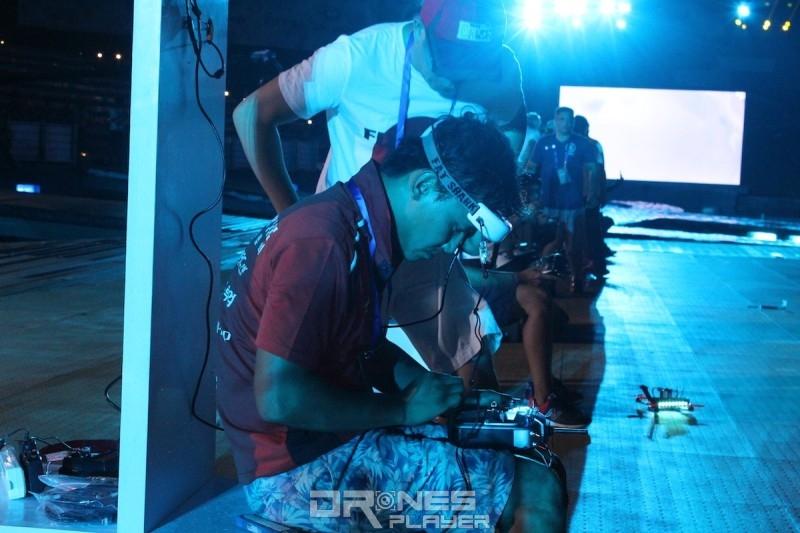 宋根木與隊友仔細檢視參賽的穿越機。