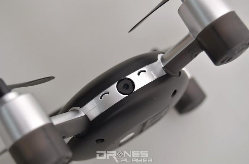 MJX X916H 飛行器正面設有一對笑眼及 30 萬像素航拍鏡頭。