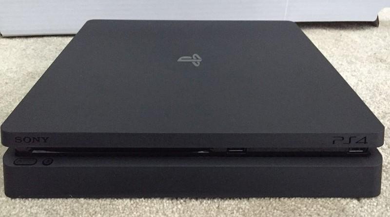 網路上流出疑似是 PS4 Slim 主機諜照流出,相片中可見機身比 PS4 薄上不少,採用磨砂外殼,機頂上印有「PS」標誌。