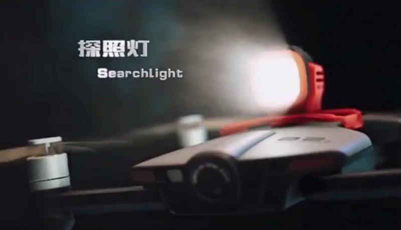 Wingsland S6 無人機加裝探照燈模組後,用戶可藉由 app 控制開關、常亮和閃爍,遇到危險甚至可發出 SOS 訊號求救。