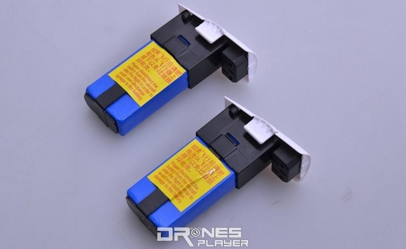 Wltoys Q333A 航拍機使用快換式 7.4V / 2,000mAh 電池。